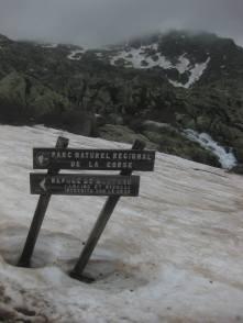 Asteen tiltannnut kyltti Petra Pianan majan vieressä osoittaa suunnan kohti seuraavaa päiväetappia Manganua