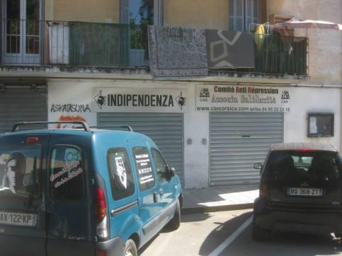 Maurin pää ja itsenäisyys ovat kovassa huudossa Korsikassa. Musta pää löytyy turistitekstiileistä ja monesta lipputangosta.