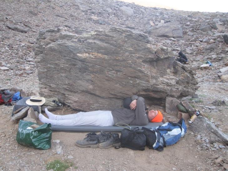 Lauri nukkuu öö naturel Valderan kraatterin rannalla, toimiva ratkaisu kun joka päivä pukkasi pilvetöntä ja kivimaja oli makee vain ulkoapäin